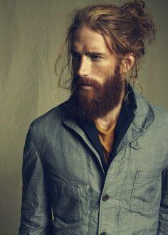 Él.. | 29 Hombres que son la prueba definitiva de que barba   moñito en el pelo = amor