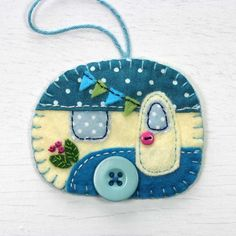 Caravan 174233079317305339 - Vintage caravan trailer ornament, handmade from felt and decorated with fabric scraps. With tiny felt bunting and buttons for the wheel and door knob. Colors are teal and cream. With blanket stitched Source by jayincogneato Felt Christmas Decorations, Felt Christmas Ornaments, Christmas Crafts, Christmas Nativity, Beaded Ornaments, Christmas Printables, Homemade Christmas, Christmas Christmas, Glass Ornaments