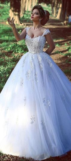 Romantic Tulle V-neck Neckline Ball Gown Wedding Dresses With Lace Appliques