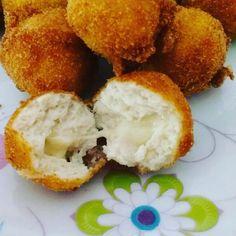 A Bolinha de Frango Recheada com Mussarela é prática, deliciosa e perfeita para ser servida como aperitivo ou como acompanhamento da sua refeição. As crian