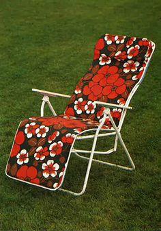 Varaxin aurinkotuoli edusti 1970-lukua parhaimmillaan: räikeitä värejä ja kukka-kuoseja.