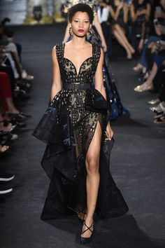 Lebanese fashion designer Elie Saab unveiled his highly anticipated Haute Couture fall/winter 2016 collection today in Paris. A timeless couture travel Look Fashion, Runway Fashion, High Fashion, Fashion Show, Fashion Design, Paris Fashion, Fashion Check, Fashion Goth, Daily Fashion