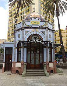 Modernismo tardío, quiosco de 1923 cubierto de azulejos de Manises (Valencia), situado en Las Palmas de Gran Canaria.