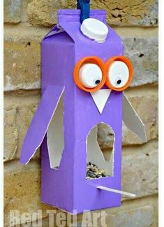 Create bird feeders for the courtyard. Easy Owl Bird Feeder made from a Milk Carton or Juice Carton. A great bird feeder craft for kids. Crafting with Milk Carton Ideas kids. Milk Carton Crafts, Milk Cartons, Crafts To Do, Arts And Crafts, Decor Crafts, Bird Feeder Craft, Birdhouse Craft, Summer Crafts, Craft Activities