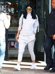Kylie Jenner in tracksuit for Keeping Up with the Kardashians filming Co-ord queen: The youngest member of the Kardashian-Jenner clan's two-piece comprised white-grey harem-style jogging bottoms and a matching high-neck jumper Kendall Jenner Outfits, Kylie Jenner Casual, Moda Kylie Jenner, Trajes Kylie Jenner, Estilo Kylie Jenner, Kendall And Kylie Jenner, Look Kim Kardashian, Estilo Kardashian, Kardashian Jenner