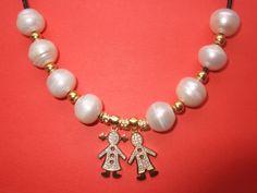 Colgante de plata 925m chapada y perlas naturales, montado en cuero.