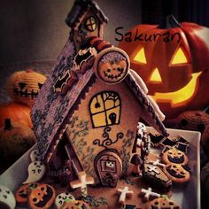 by Sakuran at Halloween Sweets, Halloween Baking, Halloween Food For Party, Halloween Cookies, Halloween Gingerbread House, Halloween Christmas, Halloween House, Happy Halloween, Gingerbread Houses