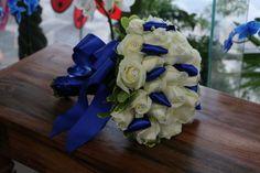 Buquê de Noiva de Rosas azuis e laço.