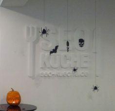 Alles da: Spinnen, Fledermäuse, Totenköpfe und - natürlich ein Kürbis! Track Lighting, Chandelier, Ceiling Lights, Halloween, Home Decor, Spinning, Candelabra, Decoration Home, Room Decor