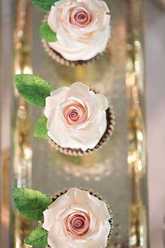 Cupcakes Bonitos, Cupcakes Lindos, Cupcakes Flores, Flower Cupcakes, Wedding Cupcakes, Wedding Cake, Rose Cupcake, Valentine Cupcakes, Strawberry Cupcakes