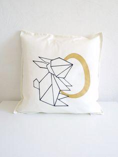 Etsy: Origami Hase Kissenbezug mit goldenem Ei. Minimalistisches Design, handbemalt. Baumwolle. 50 x 50cm