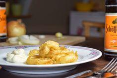 Vegan, aber nicht so gesund: Selbstgemachte, frittierte Zwiebelringe im Bierteig.