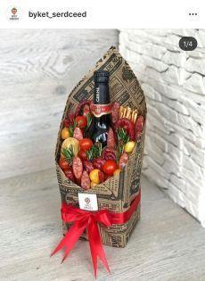 Creative Gift Baskets, Diy Gift Baskets, Wine Baskets, Gift Hampers, Creative Gifts, Homemade Gift Baskets, Food Bouquet, Diy Bouquet, Candy Bouquet
