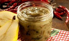 Bata o azeite com a pera. Se necessário, adicione 1 ou 2 colheres (sopa) de água para formar um purê. Despeje em uma panela e junte o alecrim, o açúcar, o molho de pimenta e a xícara (chá) de água.…