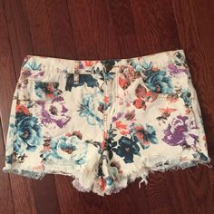 Free People floral shorts FP cream/white shorts with floral print. Size 31 Free People Shorts Jean Shorts