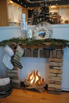 A fake fireplace for Christmas christmas fireplace A fake fireplace for Christmas - Trendy Home Decorations Faux Foyer, Faux Mantle, All Things Christmas, Christmas Holidays, Christmas Displays, Christmas Stage Design, Christmas Ideas, Fake Fireplace, Pallet Fireplace