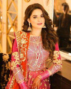 Minal khan on Aiman khan's mehndi Pakistani Dresses Casual, Pakistani Wedding Outfits, Pakistani Dress Design, Bridal Outfits, Pakistani Mehndi Dress, Shadi Dresses, Indian Sarees, Wedding Dresses For Girls, Party Wear Dresses