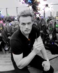 Outlander fans have grown to love Sam Heughan's portrayal of Jamie Fraser on the hit fantasy drama, and author Diana Gabaldon is no different. Sam Heughan Caitriona Balfe, Sam Heughan Outlander, Outlander Casting, Outlander Tv, Outlander Series, Jaime Fraser, Sam Heugan, Sam And Cat, Scottish Actors