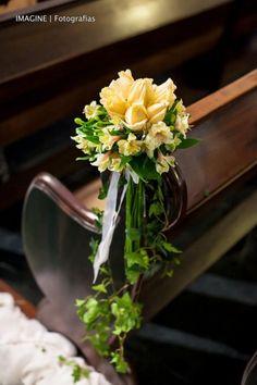 Flores en los bancos de la iglesia. Foto: Imagine Fotografias