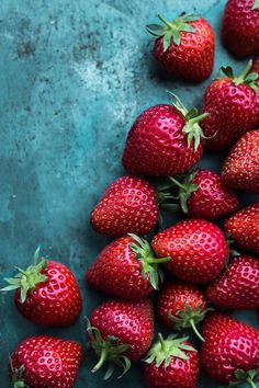 Good food photography- The contrast from the background and the fruit really makes that red pop. Fruit Photography, Food Photography Styling, Tumblr Photography, Food Styling, Fruit And Veg, Fruits And Vegetables, Low Carb Diets, Fruits Photos, Strawberry Fields