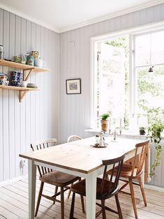 细腿椅子OK!Vicky's Home: Un pequeño apartamento nórdico de mts / Small Nordic Apartment mts Wooden Panelling, Wooden Walls, Sweet Home, Appartement Design, Kitchen Dinning, Wooden Kitchen, Dining Room Design, Home Kitchens, Living Spaces