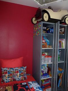 Récup' d'un casier vestiaire métal, 2 portes, repeint en gris moyen. Avec toutes ses étagères, le rangement de la chambre de notre Minion N°1 devient facile.