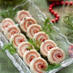 """RULOURI CU SOMON AFUMAT -- Un alt aperitiv pe care l-am avut pe masa de Revelion, care arata foarte bine pe orice masa festiva. Mici si elegante, bite-size, numai bune la petreceri si foarte usor de facut. Ne trebuie: 4 felii de paine (eu am folosit acelasi fel ca la tortul aperitiv) 150 g somon afumat 100 g crema de branza (am folosit cu verdeata) ... <br/><a href=""""http://www.edithskitchen.ro/2011/01/rulouri-cu-somon-afumat.html"""" target=""""_blank"""" class=""""readmore"""">read more</a>"""