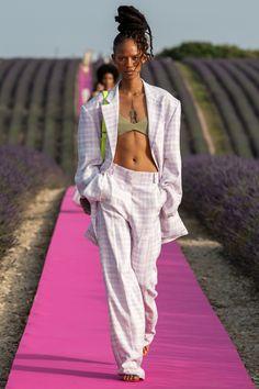 Jacquemus Spring 2020 Ready-to-Wear Fashion Show - Vogue Live Fashion, Fashion 2020, Runway Fashion, Fashion Trends, Fashion Week Hommes, Mens Fashion Week, Womens Fashion, Jacquemus, Inspiration Mode