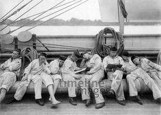 Marine bis 1914 - Kadetten eines Schulschiffes bei der Mittagspause an Deck ullstein bild - Haeckel Archiv/Timeline Images #10er #1900er #daydreams #entspannen #relax #enjoy #sleep #schlafen #tagträumen #Tagträumer #träumen #Sonne #Sommer #Nickerchen #nap #Militär #Kadetten #Marine #Uniform #Mannschaft #Team #Mittagspause