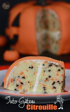 Pumpkin-looking cake (tip : add half of a pumpkin, pureed [bake on then just take out of the pumpkin skin with a spoon], to the cake to add the taste we're all looking for) Halloween Desserts, Halloween Boo, Halloween Cakes, Halloween Treats, Happy Halloween, Fall Treats, Holiday Treats, Food Chemistry, Pumpkin Squash