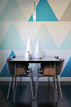 Dreiecke in Blautönen auf der Wand im Esszimmer