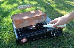 Backstein auf dem Gaskocher einfach erhitzen und danach sich wärmen.  #Camping #Campingtipps