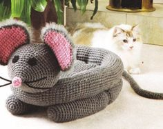 Pampered Pets – Snuggly Mouse Bed pattern by Cynthia (Cindy) Harris Crochet Mouse Cat Bed Crochet Crafts, Crochet Toys, Crochet Projects, Crochet Baby, Diy Crafts, Chat Crochet, Crochet Magazine, Pet Beds, Crochet Animals