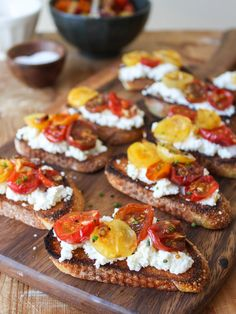 Best Tomato Recipes Crostini with homemade ricotta and roasted tomatoes - Summer is all about simplicity. Time is meant to be spent outdoors lounging around with . New Year's Eve Appetizers, Easy Appetizer Recipes, Ricotta, Appetizer Buffet, Slow Roasted Tomatoes, Grow Tomatoes, Fresh Tomato Recipes, Clean Recipes, Retro Recipes