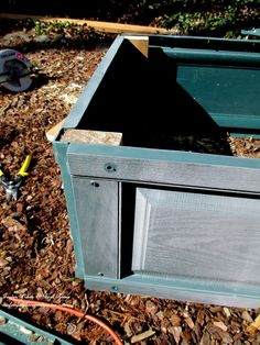 corner detail ~ exterior view http://ourfairfieldhomeandgarden.com/diy-project-raised-beds-for-free/