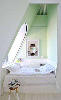Un lit dans une alcôve. L'alcôve est elle aussi une bonne alternative afin de créer un espace dédié au repos, une zone paisible coincée entre deux murs et pourquoi pas isolée par un rideau ou un paravent…
