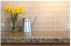 Kitchen badezimmer beige braun www.rockypointtile.com. A nice neutral light taupe perfect for kitchens and bathrooms. It looks great on it's own or it can be combined with our Manhattan Taupe, Beach Brown, or Seaside glass tiles. Also available in a 4x12 glass subway tile. $15.99/Sq Ft it includes free shipping to customers in the contiguous United States and Canadian Provinces. Visit our website for more great glass tile ideas! URL http://www.rockypointtile.com Shown with Giallo ornamental granite
