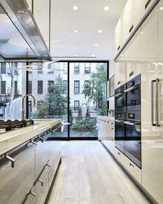 Basically in love with this townhouse from the upper East side of New York City! Beautiful kitchen with tons of natural light and clean lines throughout. Project by Arclinea NY. #RDfeature
