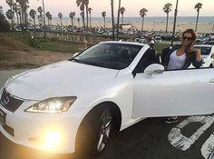 De minnares van Ben Affleck met haar nieuwe peperdure Lexus. Doet ze goed voor een eenvoudige nanny.