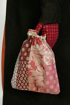 Eesti muuseumide veebivärav - Mihkli naise rahvariided ERM-i püsinäitusel. Vardakott kinnastatud käes. Folk Costume, Costumes, Patchwork Bags, Knitted Bags, Textiles, Stitch, Sewing, Crochet, Skirts