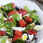 Caprese salade met aardbei