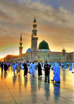 Evening view of the beautiful Al Masjid AlNabwi - Medina, Saudi Arabia Islamic Images, Islamic Pictures, Beautiful Mosques, Beautiful Places, Al Masjid An Nabawi, Mecca Masjid, Medina Mosque, Mecca Wallpaper, Mekkah