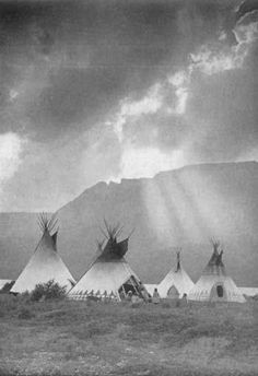 A Blackfoot Indian camp at St. Mary Lake, Glacier National Park Look at how the front face of the tipi is pulled back. Blackfoot Indian, Indian Tribes, Native Indian, Native Art, Native American Beauty, Native American Photos, Native American Tribes, Native American History, American Indians