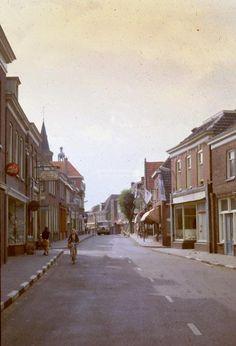 Foto is gemaakt in 19?? Voorstraat gezien vanaf de markt richting de Voorstraatbrug.. panorama. Voorstraat