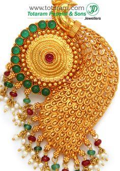 Helpful Gold Techniques For Interior Design Look Gold Temple Jewellery, Gold Jewellery Design, India Jewelry, Gold Jewelry, Jewelery, Locket Design, Peacock Jewelry, Gold Pendant, Pendant Jewelry