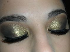 Olhos gliterizados, com sombra chumbo, dourada e por cima usei gliter dourado, camadas generosas!!!!