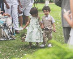 Bela (filha de Elisa e Marcelo Loureiro) e Joaquim (filho de Graziela Pinto e Bernardo Bonjean) entraram de mãos dadas antes da noiva. Fofos demais! Veja mais: http://yeswedding.com.br/pt/antena-yes/post/bodas-de-papel--manu-e-mari