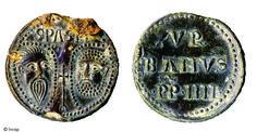 """Bulle papale d'Urbain IV (1261-1264) retrouvée dans des niveaux de remblais à Saint-Quentin (Aisne) en 2006.Il s'agit d'un sceau de plomb dont le revers porte l'inscription """"vr banvs p(ius) p(ontifex) III"""". Il pourrait avoir été utilisé comme objet votif, à l'instar des enseignes de pèlerinage..."""