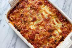 Deze ravioli uit de oven met mozzarella en Parmezaanse kaas is super easy en een ideaal gerecht voor doordeweeks!  Tip: maak een grotere portie t...