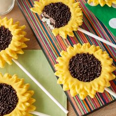Celebrate the change of seasons with these sunny-in-design, easy-to-make Sunflower Cookie Pops. Begin with chocolate sandwich cookies for the bases, add Yellow and Light Cocoa Candy Melts® candy and Chocolate Jimmies Sprinkles for the ray flowers and flo Sunflower Party Themes, Fondant Bee, Flower Cake Pops, Sunflower Cookies, Sunflower Seeds, Sunflower Baby Showers, Easy Summer Desserts, Cookie Pops, Fall Cookies